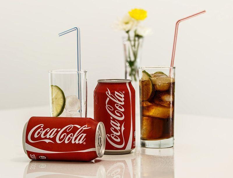 飲料大廠可口可樂最近調高商品在北美的售價,部分原因是鋼鋁關稅導致罐裝和部分商品生產成本提高。(圖取自pixabay圖庫)