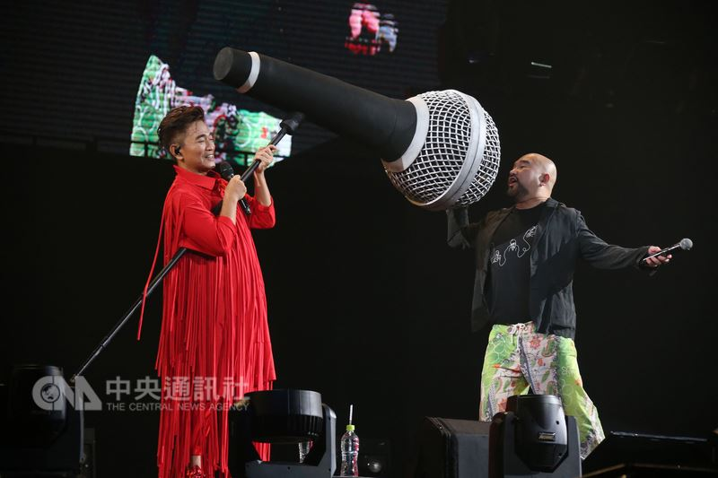 綜藝天王吳宗憲(左)28日首度攻蛋開唱,還將特製「巨型麥克風」搬上台與觀眾互動,並和藝人辛龍(右)一起炒熱現場氣氛。(華貴娛樂提供)中央社記者江佩凌傳真 107年7月28日