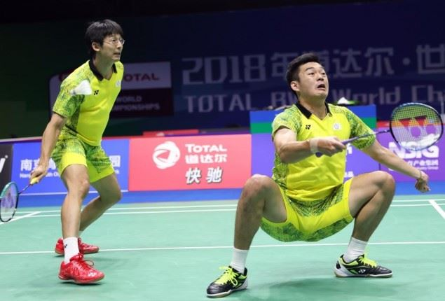 台灣羽球好手陳宏麟(左)、王齊麟3日攜手晉級世錦賽男雙4強。圖為兩人2日比賽畫面。(圖取自羽球世錦賽網頁bwfworldchampionships.com)