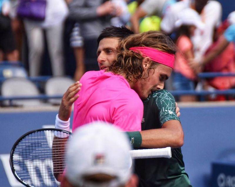 希臘網球新星西西帕斯(粉色上衣者)9日在多倫多的羅傑斯盃網賽爆冷擊敗本季溫布頓網賽封王的塞爾維亞名將喬科維奇。(圖取自西西帕斯臉書facebook.com/StefTsitsipas)