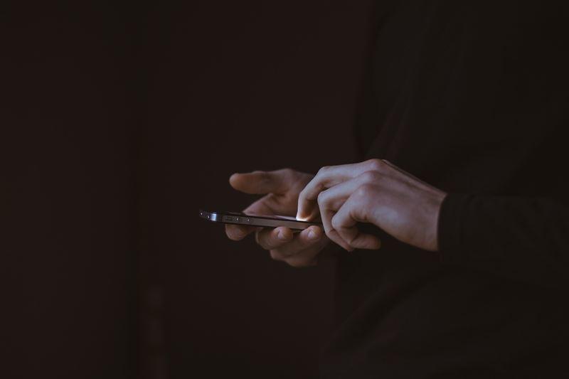 美國科學家指出,已發現到智慧手機、筆記型電腦的藍光是如何損害人類視力。圖為示意圖。(圖取自Pixabay圖庫)
