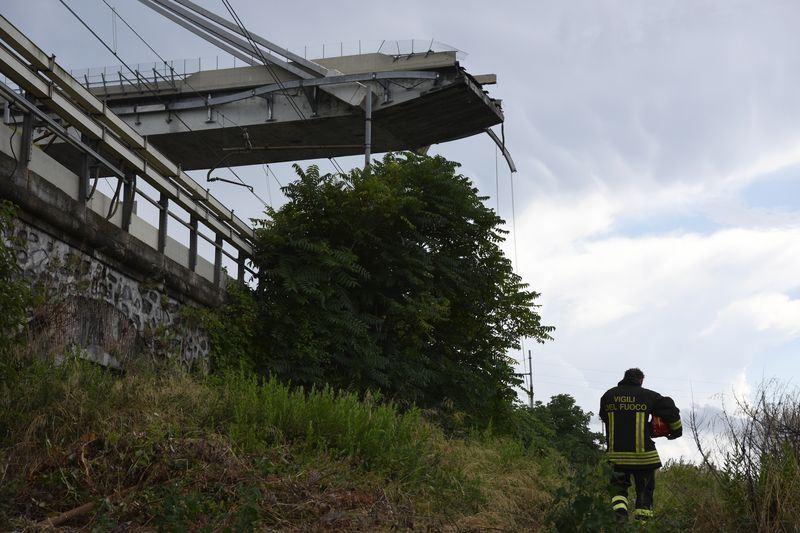 義大利熱那亞市一座高架橋14日在暴風雨中斷裂,可能是結構問題肇禍,依據當地消防員說法至少有35死。(法新社提供)