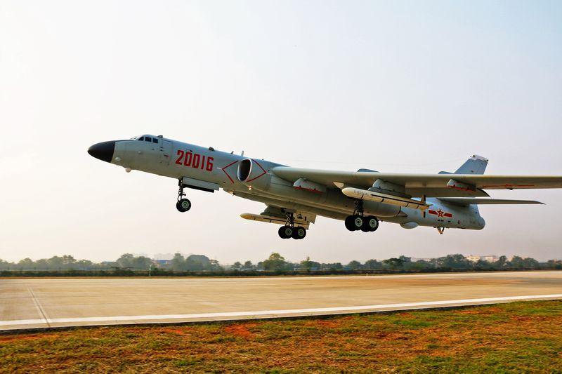 根據美國國防部提交國會的年度報告,2017年8月間,中國6架轟6K轟炸機穿越日本列島西南方的宮古海峽後,首度向北飛往沖繩東方海域。沖繩有4萬7000美軍駐防。(檔案照片/中新社提供)