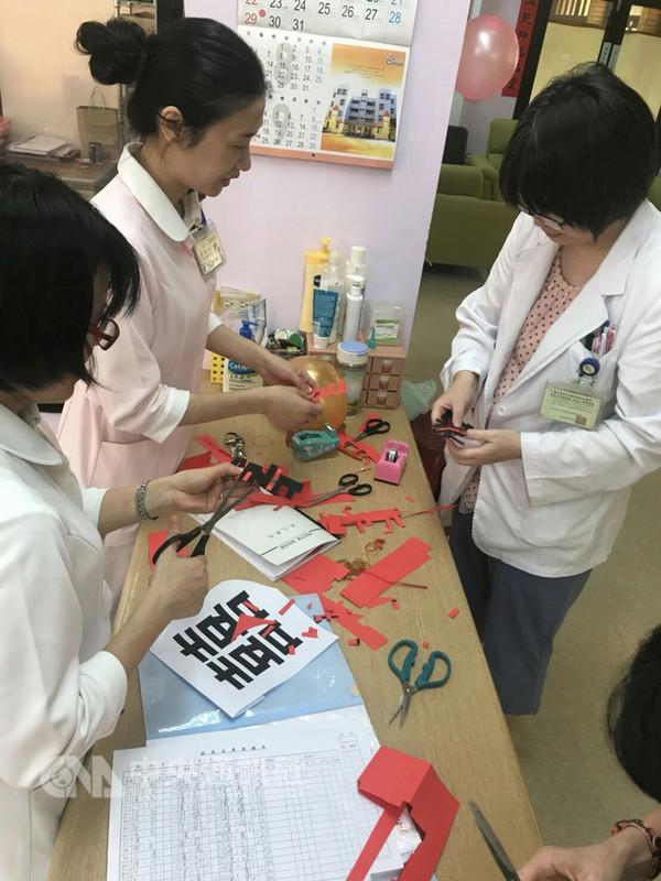 為了幫助乳癌病人辦婚禮,台大醫院醫護人員總動員,有人幫忙剪「囍」字,有人幫忙張羅頭紗、假髮等,甚至還幫忙做婚戒。(台大護理師陳怡安提供)中央社記者陳偉婷傳真 107年8月18日