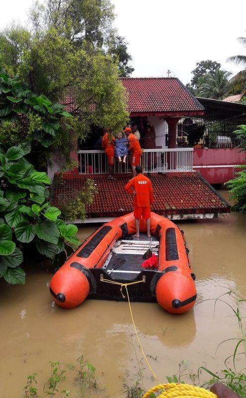 印度官員21日表示,西南部克勒拉省毀滅性雨季洪災已奪走410多人性命的。(圖取自印度軍方和國家災害應變部隊推特twitter.com/ndrfhq)