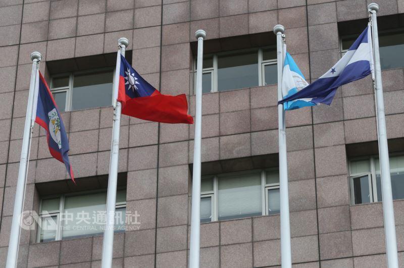 對於薩爾瓦多轉向中國,美國國務院21日除了深感遺憾,也高度關切任何決定台灣未來的非和平手段。圖為位在台北市天母地區的使館特區已撤下薩爾瓦多國旗。(中央社檔案照片)