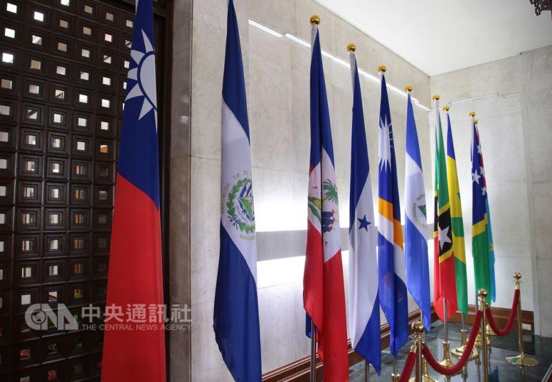 外交部長吳釗燮21日宣布,中華民國與中美洲邦交國薩爾瓦多斷交。圖左2為薩爾瓦多國旗。(中央社檔案照片)