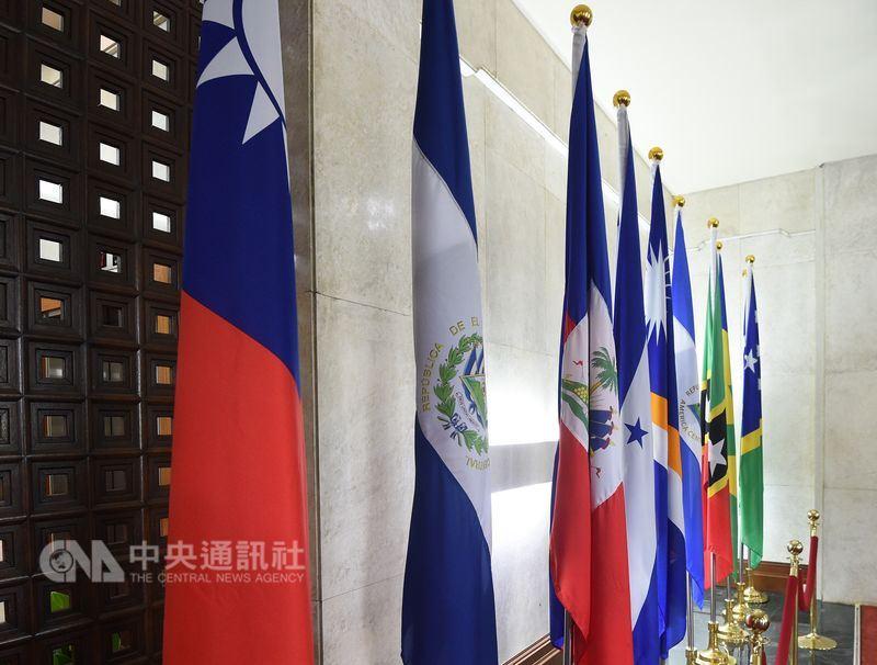 美國參議院外交委員會22日進行美國駐蘇利南、宏都拉斯與尼加拉瓜3個中南美洲國家大使提名人聽證會,會中多名參議員對薩爾瓦多日前與中華民國斷交,並隨即與中國建交表達關切,擔憂會出現骨牌效應。圖左2為薩爾瓦多國旗。(中央社檔案照片)
