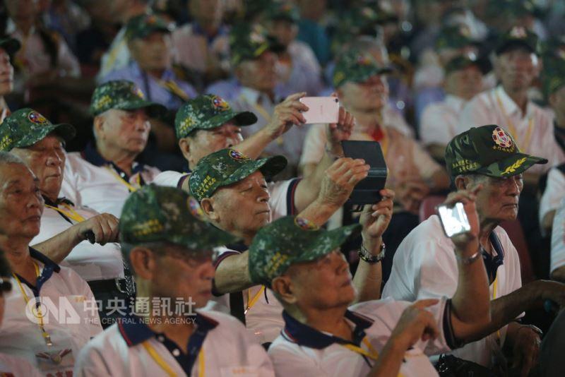 今年是八二三戰役60週年,國防部23日在金門擎天廳舉行紀念大會,邀請參戰將領及遺族出席。與會人士拿出相機、手機在會場拍攝。中央社記者徐肇昌攝  107年8月23日