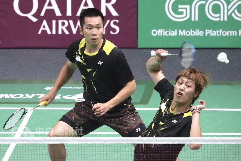 台灣羽球雙打好手李洋(左)、李哲輝(右)26日在亞運羽球男子雙打8強,以2比0拍落南韓組合,成為中華隊史上,首組取得亞運男雙獎牌的組合。(中央社檔案照片)