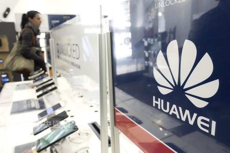 繼美國和澳洲之後,日本基於國安因素,擬制定方針禁止中國通訊設備商華為和中興,參加本國5G設備的競標。圖為美國紐約商店的華為手機銷售攤位。(中新社提供)中央社 107年8月27日