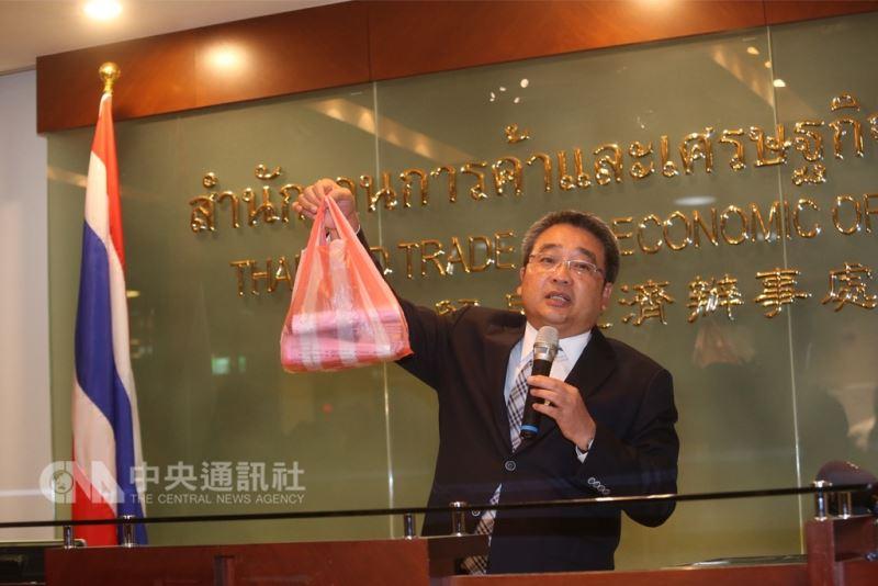 泰國貿易經濟辦事處代表通才(Thongchai Chasawath)28日下午召開記者會,說明泰國簽證將漲價原因。中央社記者吳家昇攝  107年8月28日