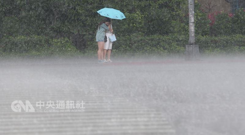 高雄市政府28日清晨6時12分宣布停班停課。(中央社檔案照片)