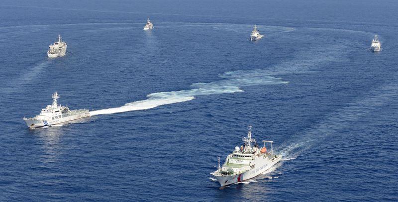 日本海上保安廳29日公布明年度預算的概算要求總額創新高。圖為釣魚台列嶼東南海域日本海上保安廳與中國海警局的船隻。(檔案照片/共同社提供)