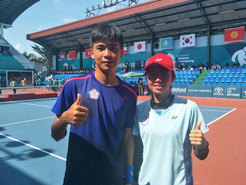 中華隊軟網選手余凱文(左)與鄭竹玲(右),30日在雅加達-巨港亞洲運動會軟網混雙決賽,以4比3擊敗南韓,奪得金牌。(中華奧會提供)中央社 107年8月30日