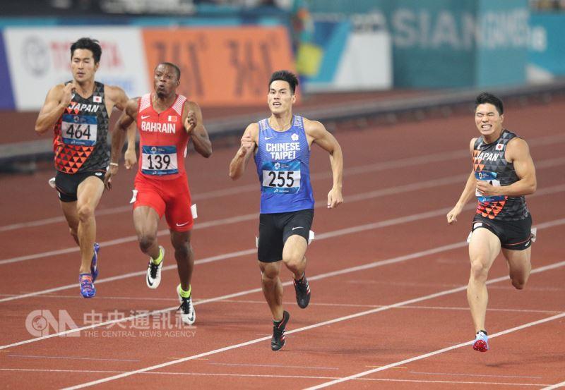 田徑好手楊俊瀚(右2)29日在2018雅加達亞運男子200公尺決賽,以0.001秒之差不敵日本跑將小池祐貴(右),但仍替台灣摘下亞運隊史首面田徑200公尺銀牌。中央社記者張新偉雅加達攝 107年8月29日