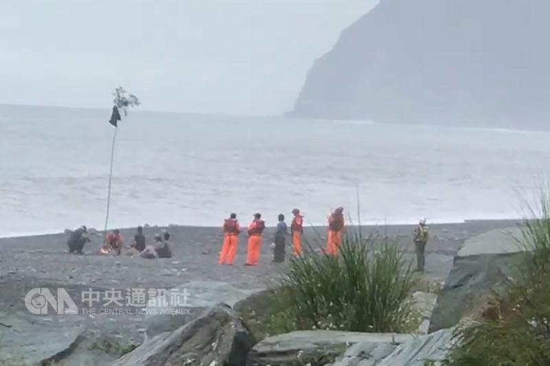 有「神秘沙灘」美譽的宜蘭南澳海灘2日接連發生兩起意外,5人落海,目前已尋獲其中4人遺體。部分家屬3日在相關單位協助下到事發地點進行招魂。(民眾提供)中央社記者沈如峰宜蘭縣傳真 107年9月3日