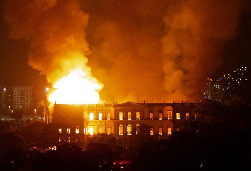 位於里約熱內盧的巴西國家博物館2日晚間發生大火,有1萬2000年歷史的人類化石「露西亞」遭到焚毀。(法新社提供)