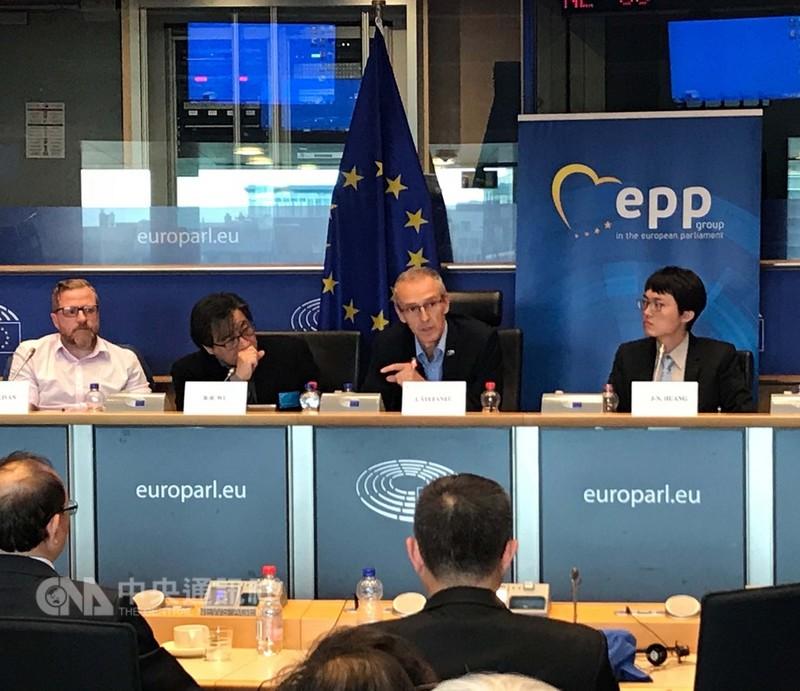 歐洲議會議員史蒂芬尼茲(右2)9月3日在歐洲議會呼籲歐盟應與台灣緊密合作。中央社記者唐佩君布魯塞爾  107年9月4日