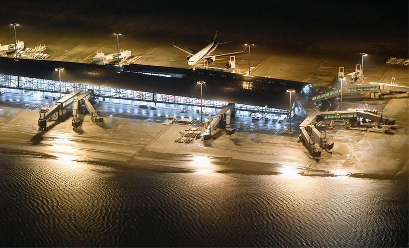日本是台灣人最愛旅遊地,近來天災頻傳,4日又傳出颱風燕子橫掃關西地區,使關西國際機場淹水封閉。(共同社提供)