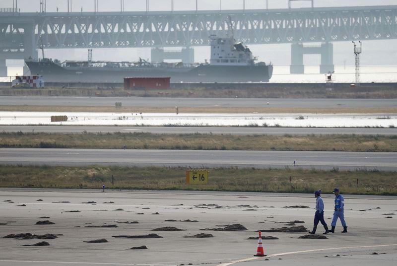 日本大阪關西機場因颱風侵襲嚴重淹水,6日跑道仍可見未清除完畢的土石。(共同社提供)