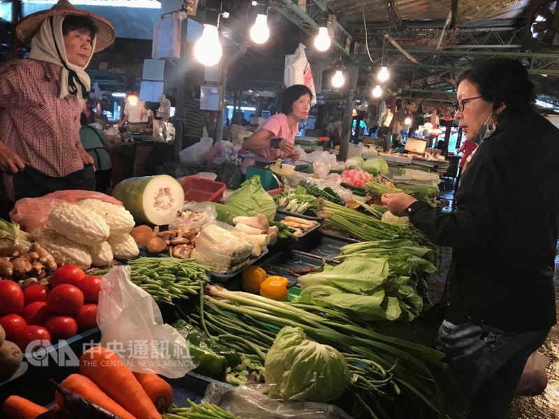 豪雨致災使得菜價攀升,大台北批發菜價9日來到每公斤42.3元,創今年菜價新高。(中央社檔案照片)