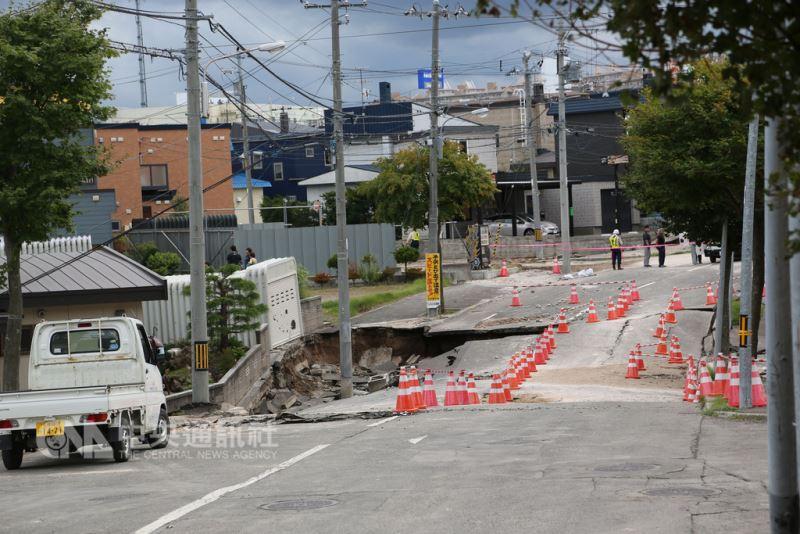 日本北海道6日凌晨觀測到最大震度7級強震,札幌市清田區土壤液化嚴重。(中央社檔案照片)