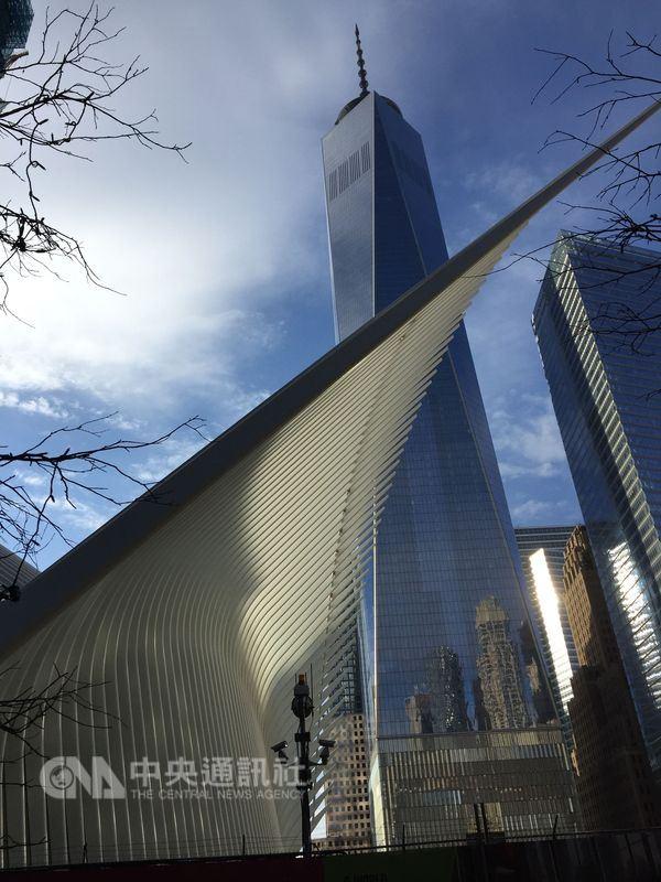 911恐攻後重建的世貿大樓矗立華爾街金融圈,是紐約浴火重生的精神地標。(中央社檔案照片)