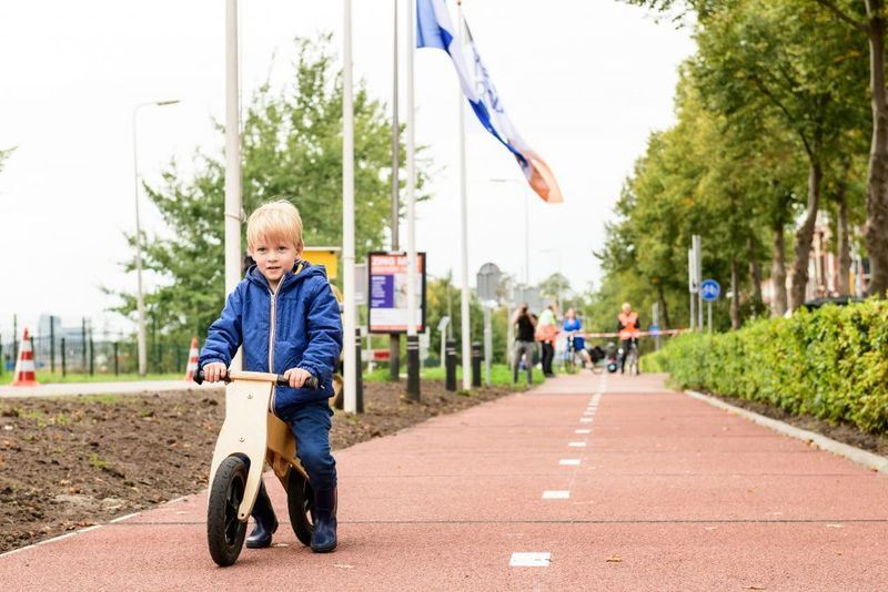 全球第一條完全以回收塑膠鋪設的自行車道在荷蘭啟用。(圖取自PlasticRoad_KWS網頁www.plasticroad.eu)