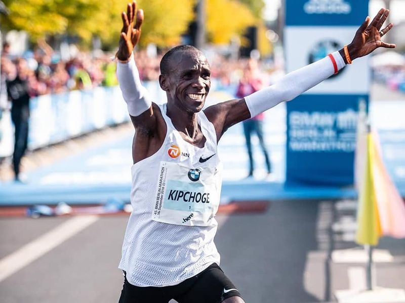 肯亞長跑名將基普柯吉16日在柏林馬拉松跑出2小時1分39秒成績,一口氣將世界紀錄推進78秒之多。(圖取自基普柯吉臉書www.facebook.com/EliudKipchogeOfficial)