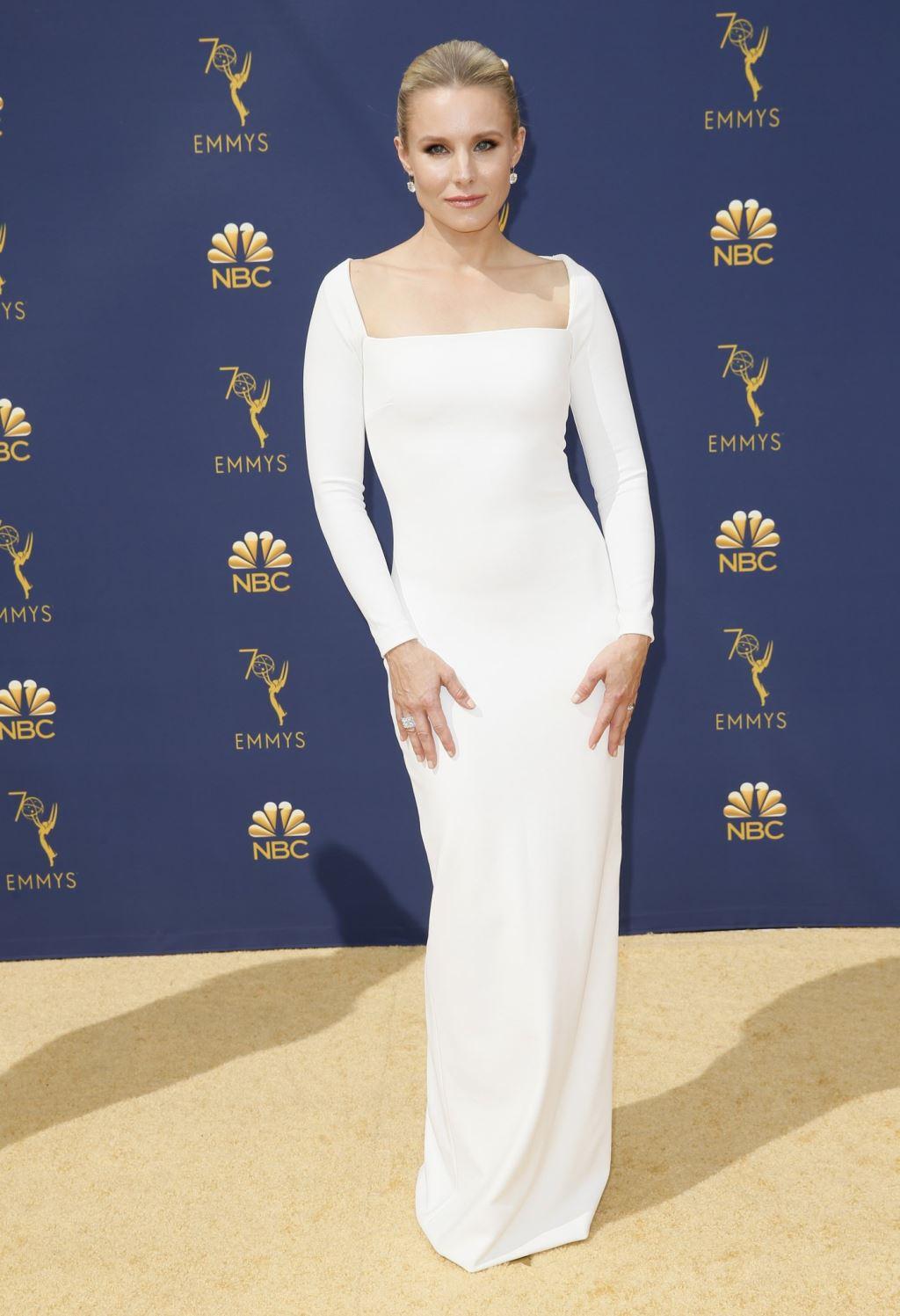 電視艾美獎17日在美國加州洛杉磯登場,女星克莉絲汀貝爾穿著白色禮服踩上金毯。(圖取自電視艾美獎推特twitter.com/televisionacad)