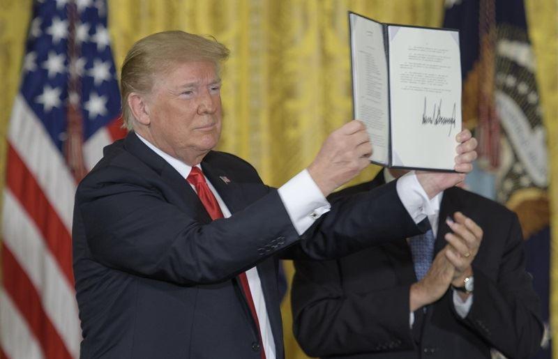 圖為川普6月時簽署有關太空政策的總統政策指令。(圖取自維基共享資源網頁,版權屬公有領域)