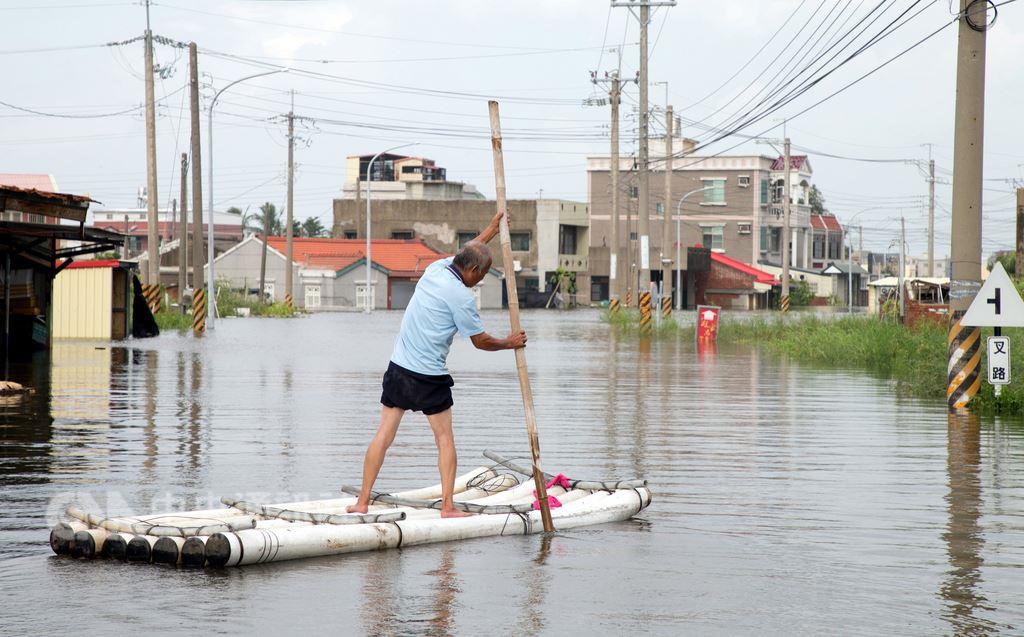 中央氣象局19日表示,對於可能致災的熱帶性低氣壓,風雨預報更新時距將縮為3小時。圖為8月23日豪雨淹水成災,嘉義低窪地區民眾外出需靠竹筏。(中央社檔案照片)