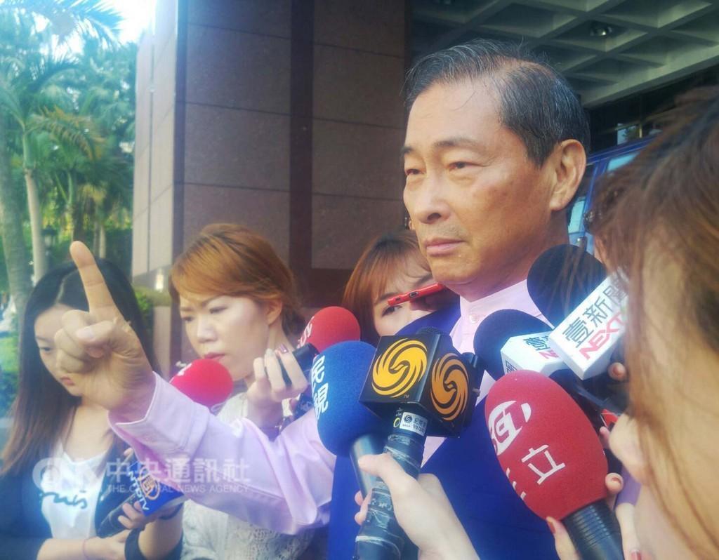 中華統一促進黨總裁張安樂(右)被控涉嫌違反政治獻金法案,20日到台北地檢署出庭。中央社記者施宗暉攝  107年9月20日