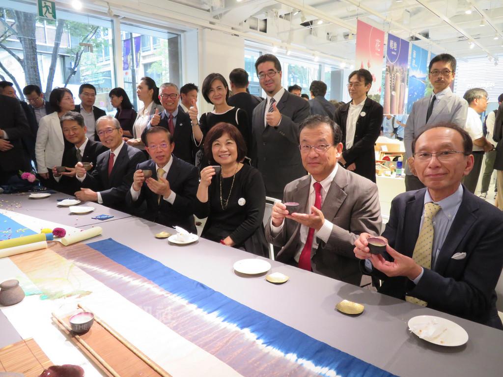 國發會在東京辦的「設計翻轉地方創生」計畫國際展22日開幕會場安排台灣茶藝表演,所使用的茶具、茶葉都是精挑具有地方特色的產品。中央社記者楊明珠東京攝 107年9月22日