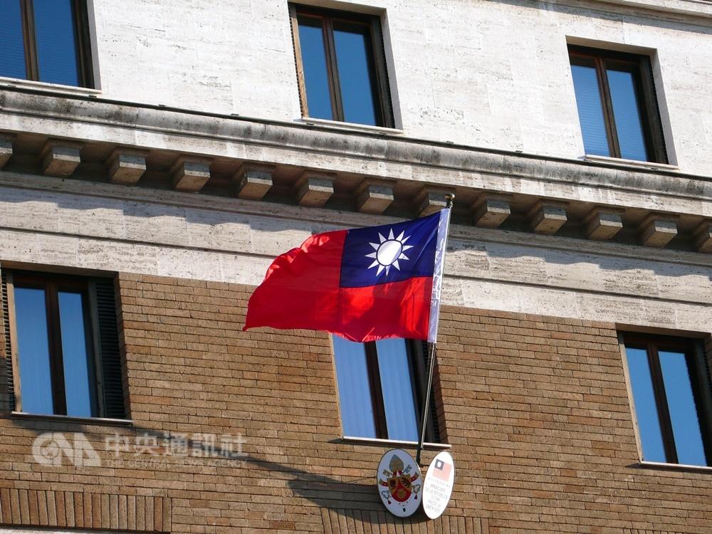 教廷表示,和中國簽署的協議將僅限於主教任命,在外交仍上承認台灣。圖為中華民國駐教廷大使館正門前的青天白日滿地紅國旗。(中央社檔案照片)