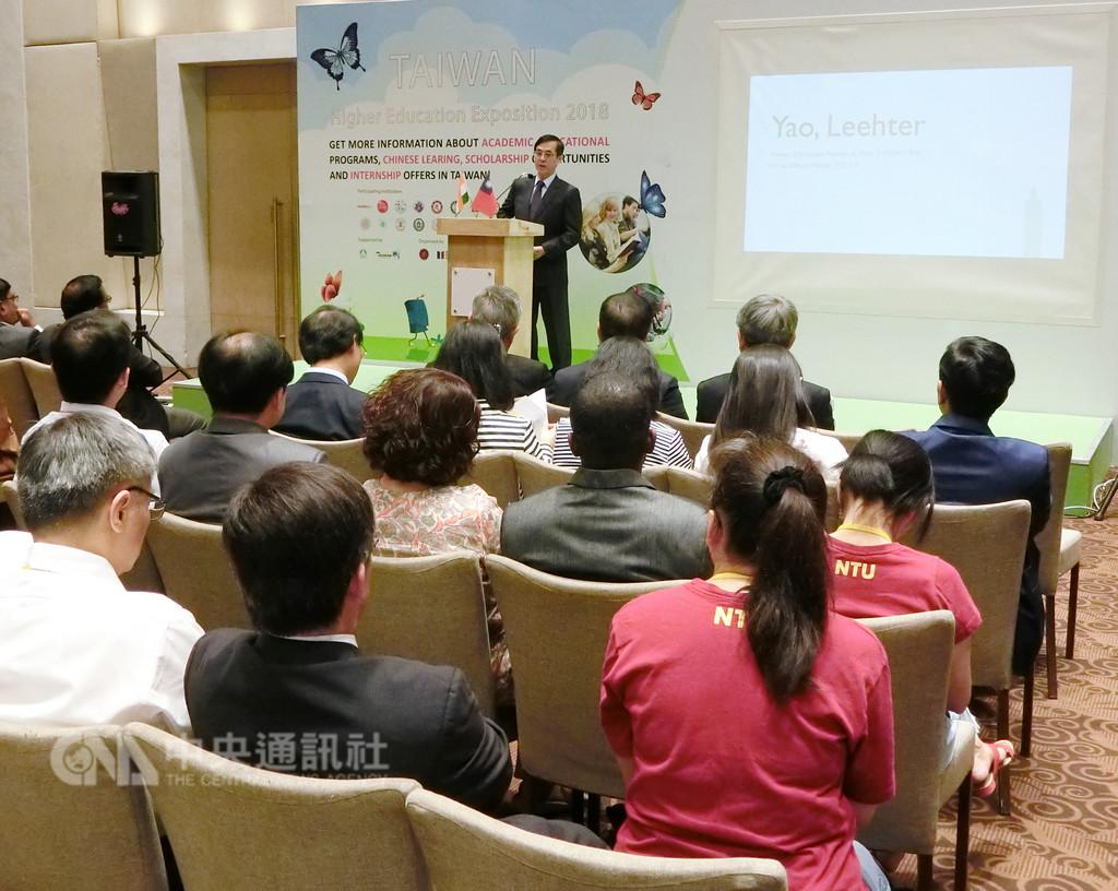 教育部次長姚立德(台上講者)24日率17所台灣的大學在印度海得拉巴舉辦印度台灣高等教育展,他在開幕致詞時介紹台灣優質留學環境。(駐印度代表處教育組提供)中央社記者康世人新德里傳真  107年9月24日