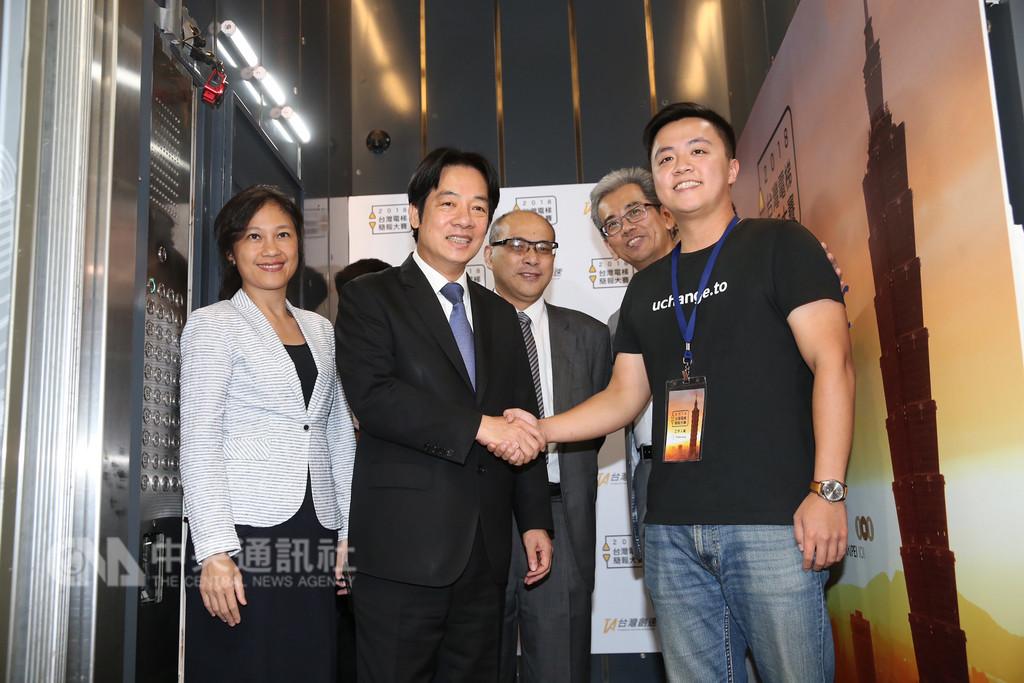 「2018台灣電梯簡報大賽」26日在台北101大樓舉行,參加比賽的創新團隊在電梯內進行60秒簡報後,向行政院長賴清德(左2)握手致意。中央社記者鄭傑文攝 107年9月26日