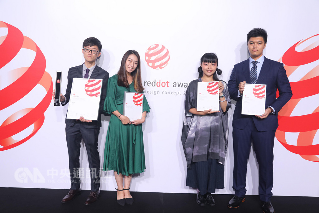 2018年紅點設計概念獎28日在新加坡舉行頒獎典禮,台灣參賽隊伍表現超亮眼,圖為獲紅點最佳設計獎的台科大陳麒善(左一)與台科大其他獲獎人合影。中央社記者黃自強新加坡攝 107年9月28日
