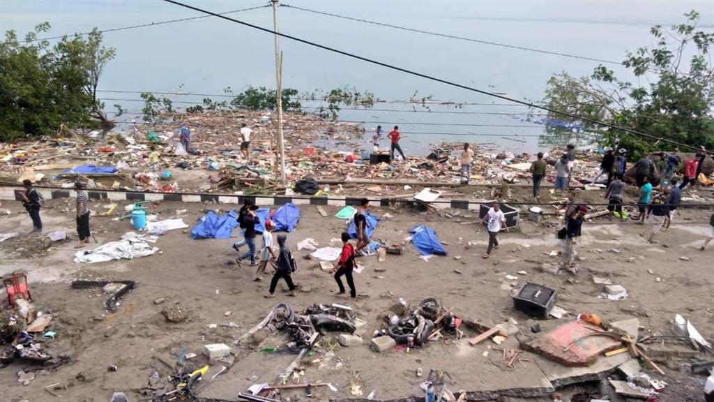 印尼蘇拉威西省陸上28日發生規模7.5強震,引發高達6公尺的海嘯,造成海岸線屍橫遍野。(法新社提供)