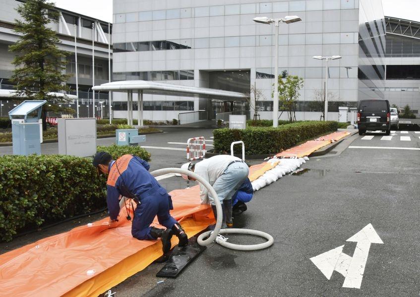 今年第24號颱風潭美30日至10月1日可能橫掃日本列島,大阪關西機場計劃暫時關閉。圖為關西機場進行防颱準備。(共同社提供)