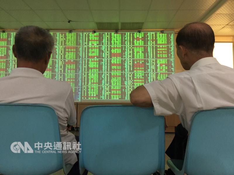 台北股市2日開低走低,收盤大跌132.17點,為10919.63點,跌幅1.2%。(中央社檔案照片)