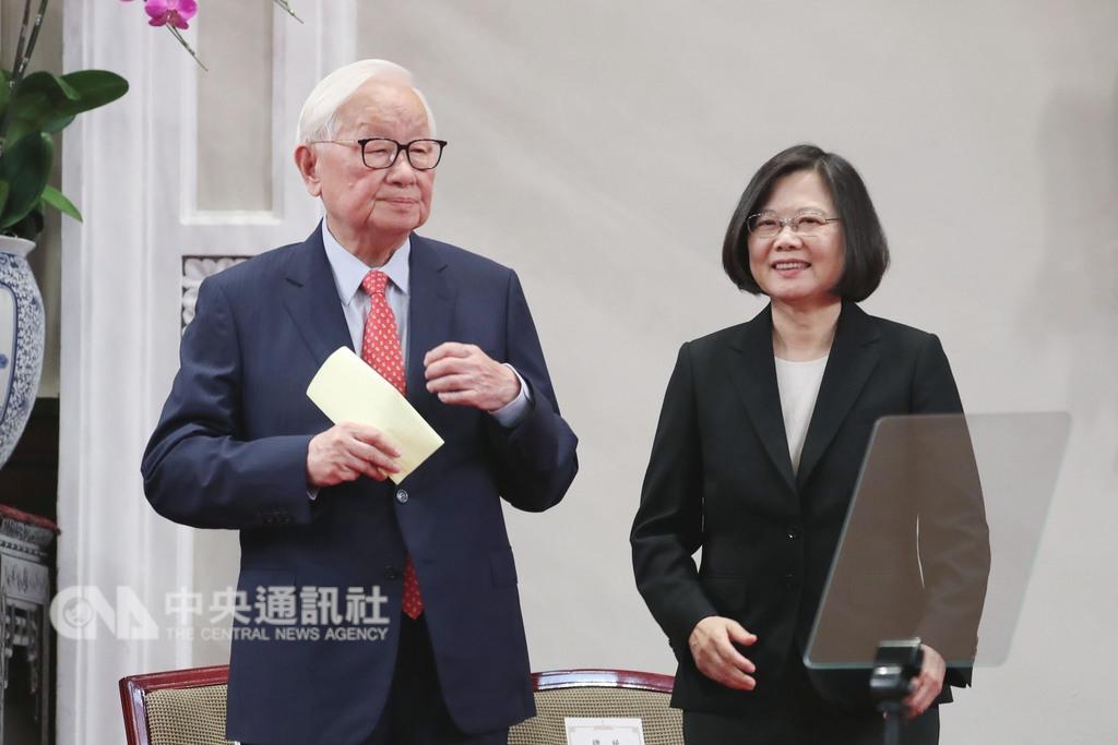 總統蔡英文(右)3日上午在總統府召開記者會宣布,由台積電創辦人張忠謀(左)擔任今年亞太經合會(APEC)領袖代表。中央社記者吳翊寧攝 107年10月3日