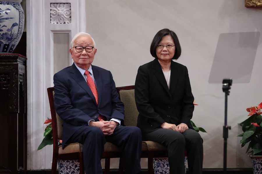 今年亞太經合會(APEC)經濟領袖會議將登場,總統蔡英文(右)3日上午召開記者會宣布,由台積電創辦人張忠謀(左)擔任今年的APEC領袖代表。中央社記者吳翊寧攝107年10月3日