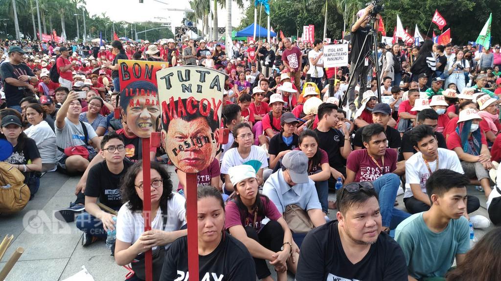 菲律賓軍方聲稱,菲共已滲透到18所大專院校,招募學生參與推翻總統杜特蒂的陰謀。圖為9月21日馬尼拉市一場群眾示威活動,參加者多是大學生,他們指責杜特蒂獨裁統治、罔顧人權。(檔案照片)中央社記者林行健馬尼拉攝 107年10月3日