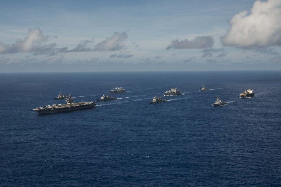 CNN報導,美國海軍正草擬一份機密提案,計劃在11月「秀肌肉」,派遣軍艦通過南海及台灣海峽,以警告中國。圖為美軍9月在西太平洋舉行軍演。(圖取自美國太平洋艦隊推特twitter.com/uspacificfleet)