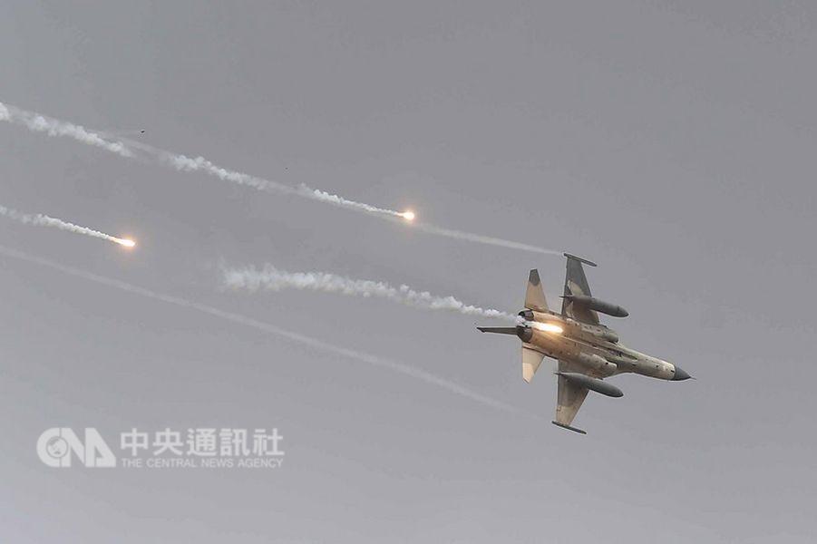 美國軍力指數報告指出,中國從未放棄武力犯台,隨著共軍現代化,中國對台採取軍事行動的能力正在升高。圖為國軍漢光34號演習,模擬國軍對進犯的共軍進行轟炸。(中央社檔案照片)