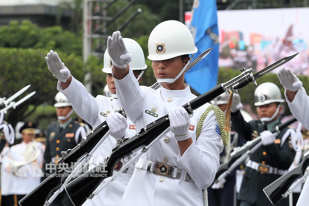 中華民國中樞暨各界慶祝107年國慶大會10日在總統府前廣場舉行,三軍樂儀隊帶來花式操槍演出,赴美參賽得獎的海軍上兵蘇祈麟(前)也在隊伍當中。中央社記者吳翊寧攝 107年10月10日