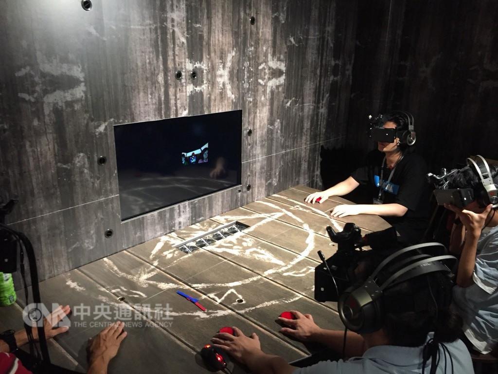南瓜虛擬科技首創的VR互動式電影「禁忌」是一款多人連線恐怖遊戲,搭配210度超廣視角、高畫質頭戴顯示器,打造出更具臨場感的虛擬實境,並提供中英日韓等多國語言版本可供玩家選擇。(經發局提供)中央社記者王淑芬傳真 107年10月11日