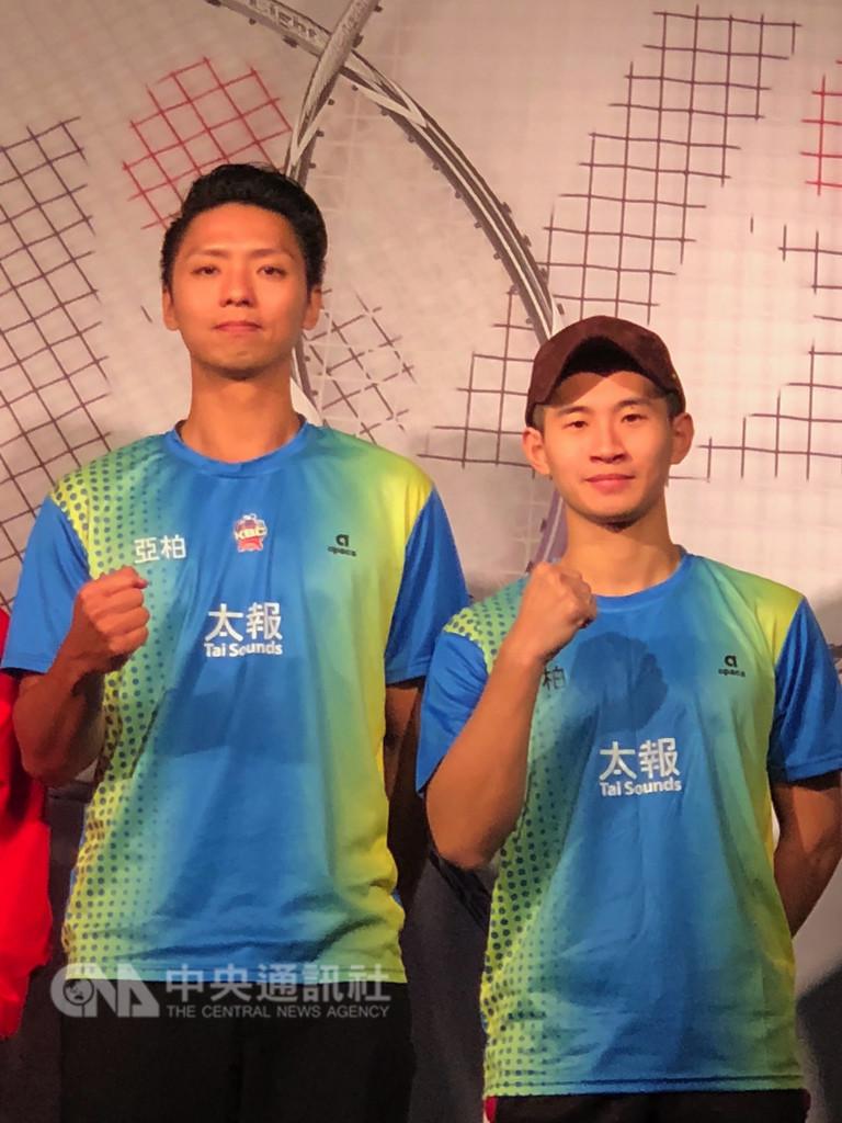 台灣羽球男雙組合廖敏竣(左)、蘇敬恒(右)13日啟程備戰將登場的丹麥公開賽,後續將征戰各地,希望能拿下參加年底在中國廣州登場的總決賽資格。中央社記者黃巧雯攝 107年10月11日